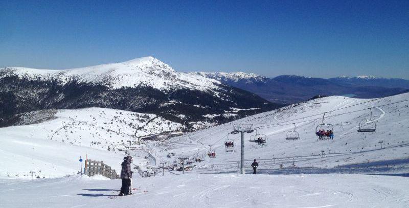 Snowboarden in Madrid: Aussicht auf das Skigebiet Valdesqui und la Peñalera