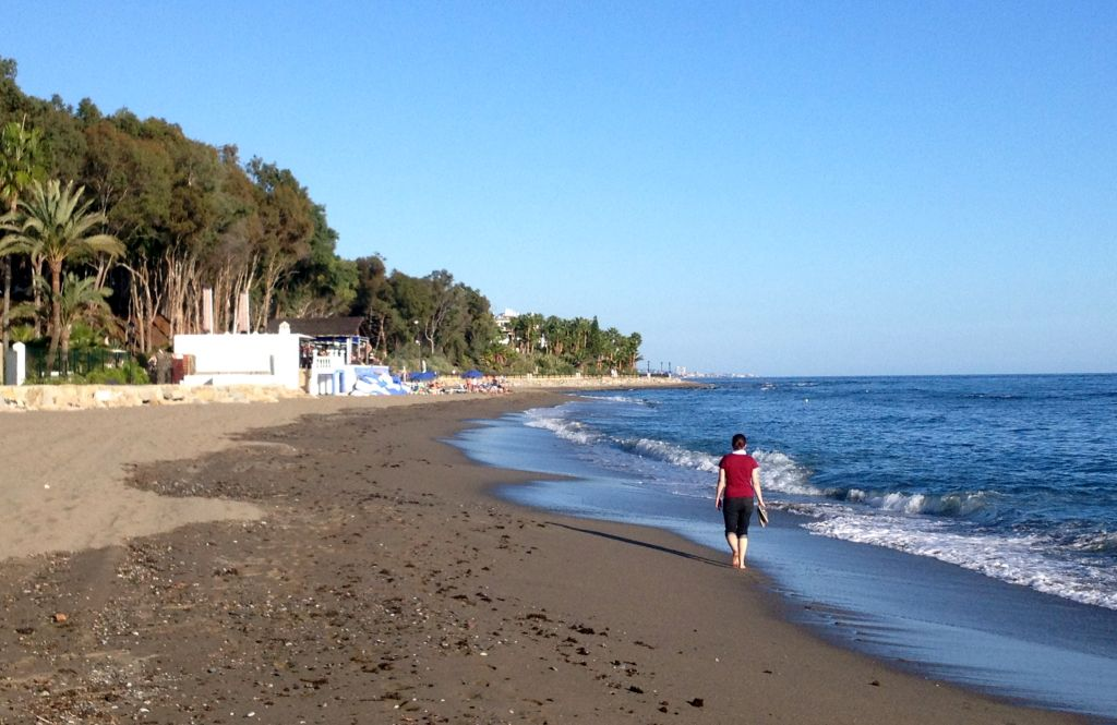 Spaziergang am Strand in Marbella