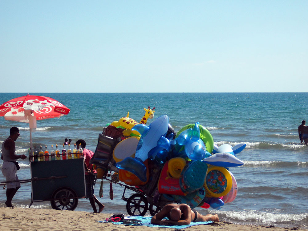 Luftballons und Snacks am Strand in Italien