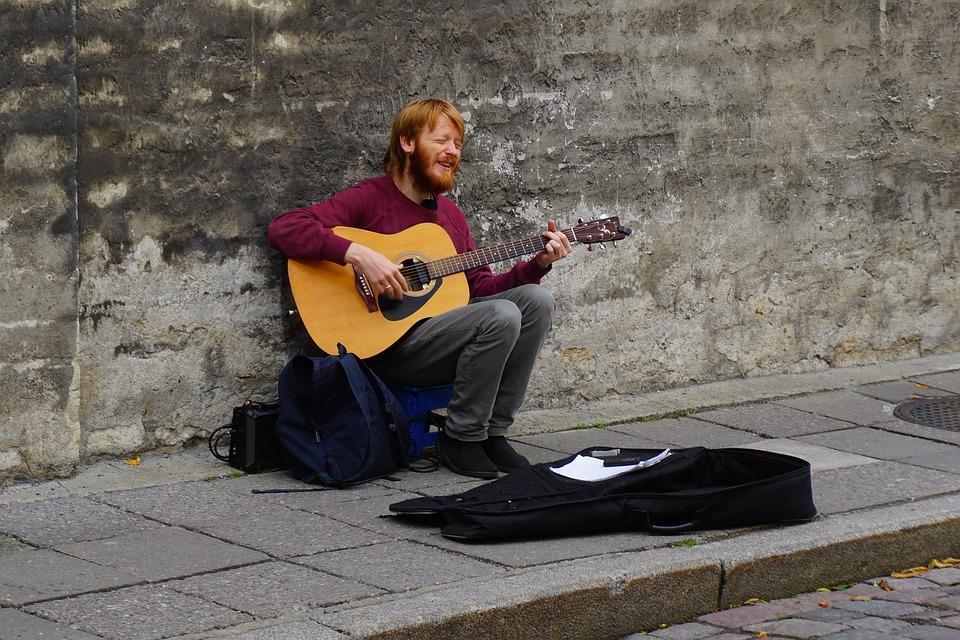 Als Straßenmusiker Geld auf Reisen verdienen